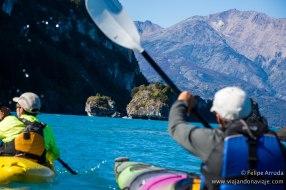 """Serie: Descubriendo Aysén // Fotos y Edición: Felipe """"Pipo"""" (viajandonaviaje.com) // Kayak en Catedrales de Mármol"""